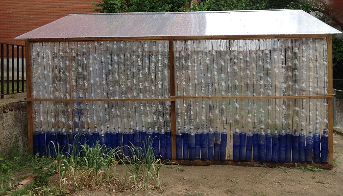 invernaderos con botellas