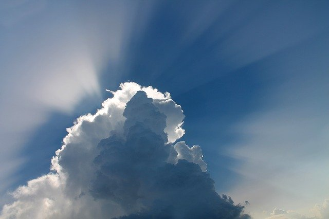 luz a través de las nubes en el cielo azul