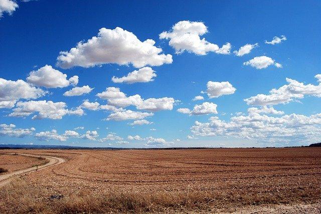 cielo azul en el campo